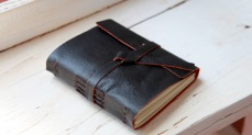 Sketchbook-com-capa-em-couro-lateral