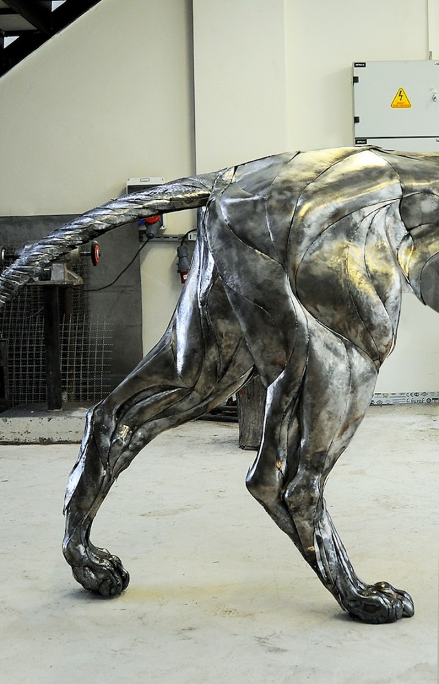 Majestic-Lion-Made-of-4000-Metal-Scraps1-640x996