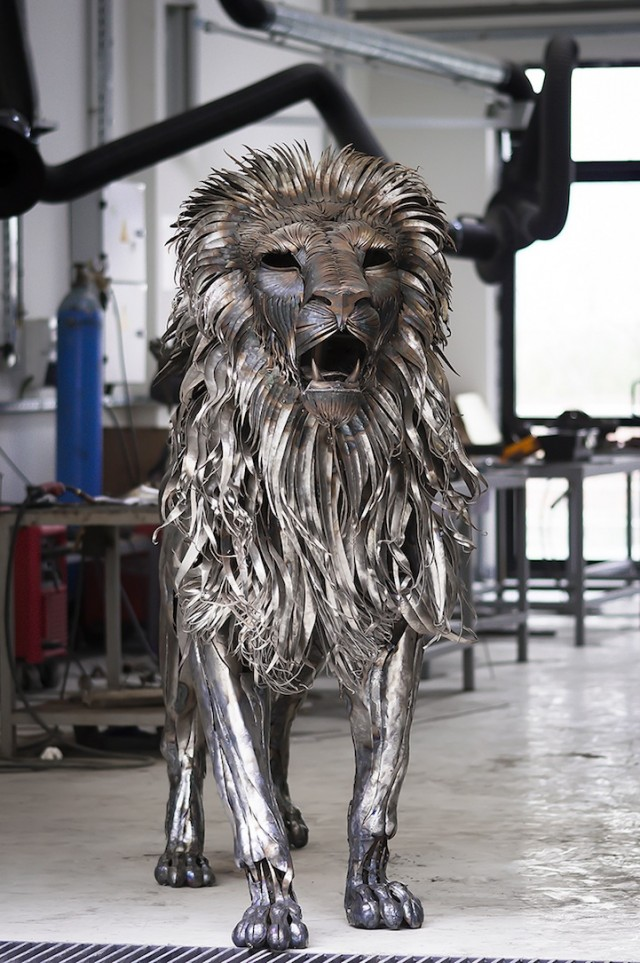 Majestic-Lion-Made-of-4000-Metal-Scraps3-640x963