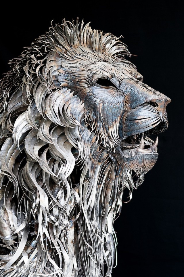 Majestic-Lion-Made-of-4000-Metal-Scraps8-640x963